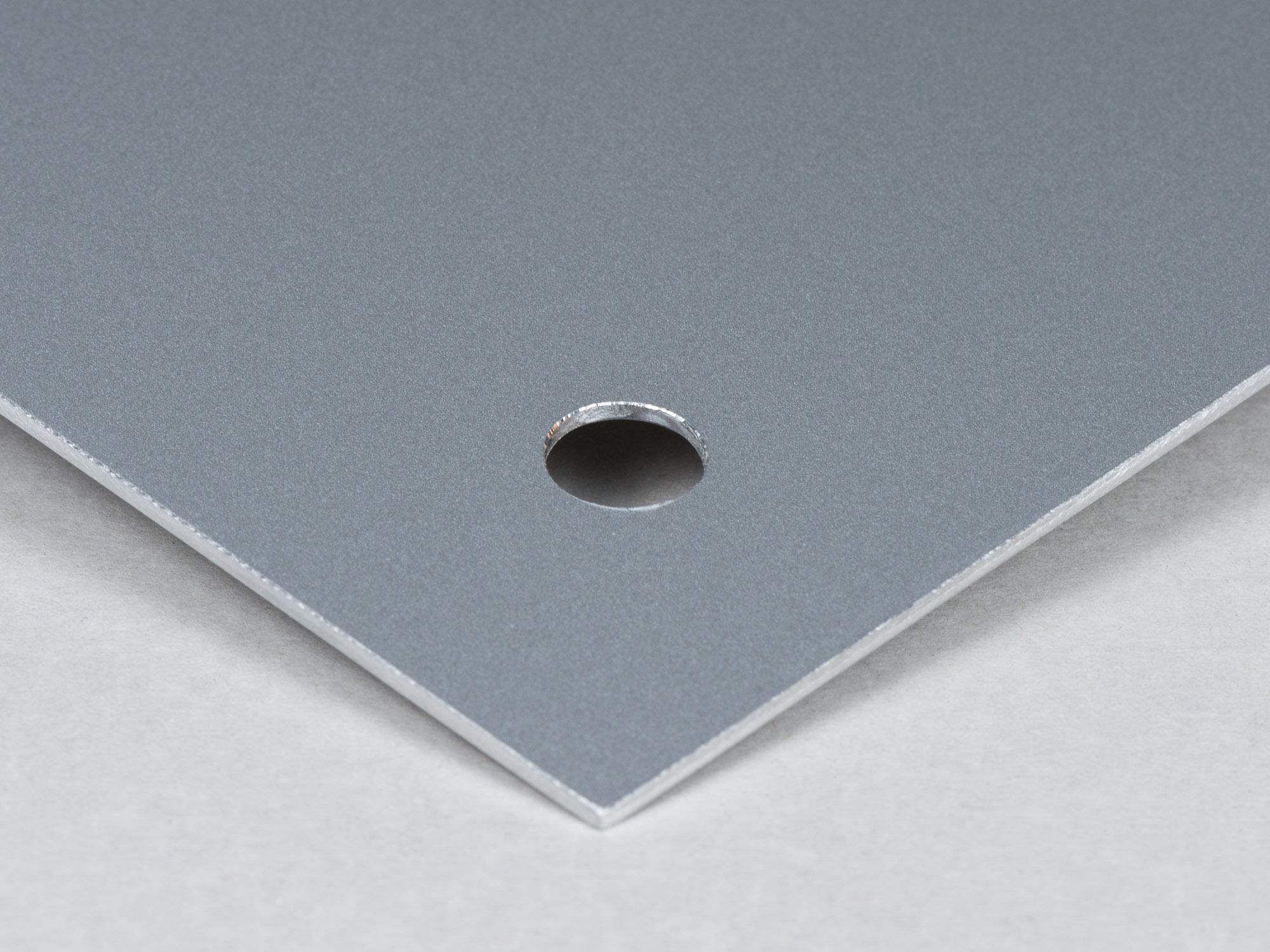 Utskrift på aluminium med hål för distans